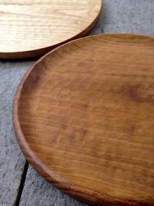 丸盆(クリ/濃染、直径30㎝)¥13000、丸盆(クリ、直径30㎝)¥12000